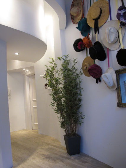 Belgrave Mews - Entry with hat collection